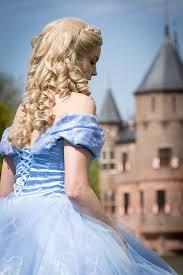 Assepoester in haar blauwe jurk