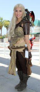 Meisje in Daenerys-Khaleesi kostuum