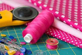 naaibenodigheden zoals draad, naalden, stof