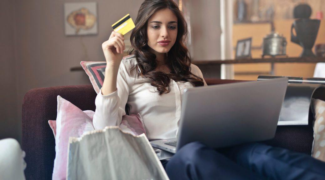 Vrouw die shopt via een webshop