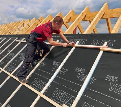 dampdoorlatende dakfolie plaatsen